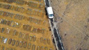 Vista aérea de una nueva área despejada para acomodar nuevas tumbas para hacer frente a la demanda durante la pandemia de coronavirus en el cementerio de Nuestra Señora Aperecida en Manaos, Brasil, el 12 de junio de 2020