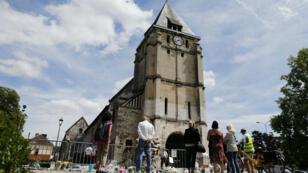 Des personnes devant l'église de Saint-Etienne-du-Rouvray le 28 juillet 2016, deux jours après l'attentat.