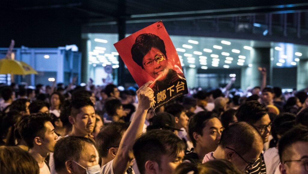 Un manifestante agita un retrato de Carrie Lam en los colores de China durante la manifestación del domingo 9 de junio en Hong Kong.