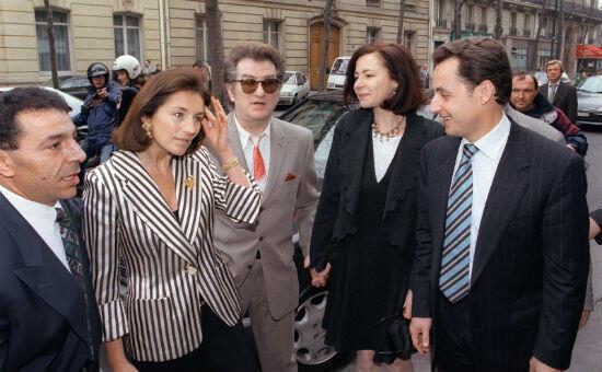 Nicolas Sarkozy, alors maire de Neuilly-sur-Seine, officie lors du mariage en 1996, entre Johnny et Læticia Hallyday. Eddy Mitchell, grand ami du chanteur, était présent.