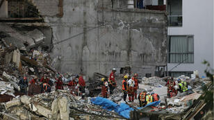 Equipos trabajan en los lugares donde quedaron escombros, tras el terremoto de pasado 19 de sepiembre en México.