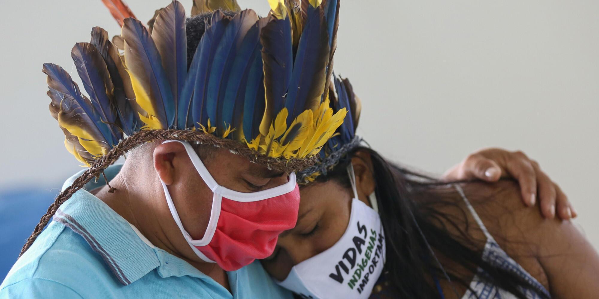 Des indigènes de la communauté de Parque das Tribos lors des funérailles du chef Messias de la tribu Kokama, mort après avoir été contaminé par le nouveau coronavirus, le 14 mai 2020, au Brésil.