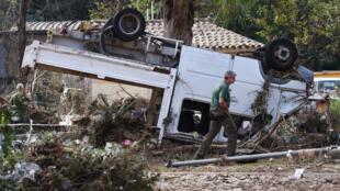 Un employé municipal du Cannet (Alpes-Maritimes), le 6 octobre 2015, après les inondations du sud-est de la France.