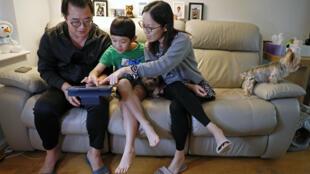 وينستون وونغ (يسار) وعائلته في منزلهم الجديد في تشيلمسفورد في المملكة المتحدة في 16 كانون الثاني/يناير 2021 بعد رحيلهم من هونغ كونغ