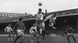 Le championnat de France, ici un duel entre le Red Star et Saint-Etienne le 28 janvier 1968 au stade de Saint-Ouen, a été perurbé par les grèves du printemps