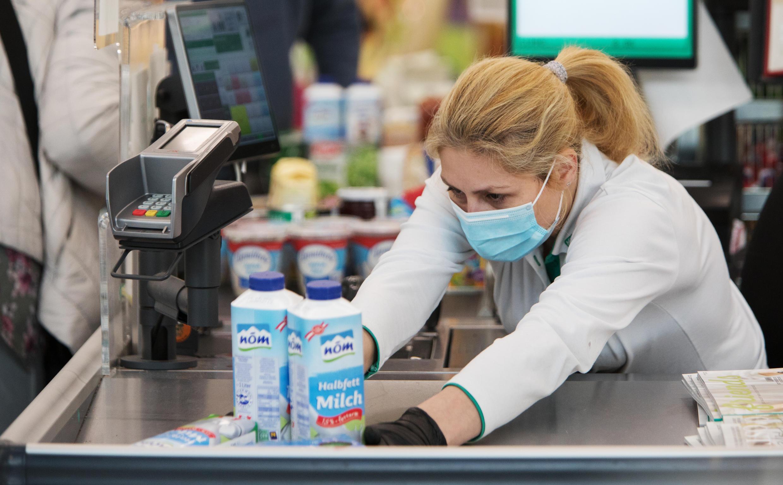 """A pesar de las sugerencias en algunos sectores de que usar una máscara en público una vez podría haber sugerido """"hipocondría"""", los austriacos ahora tienen que acostumbrarse a ponerse uno para ir al supermercado mientras el gobierno busca detener la propagación del nuevo coronavirus."""