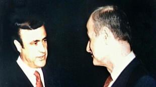 Rifaat al-Assad, et son frère, le président syrien défunt Hafez al-Assad (archives).