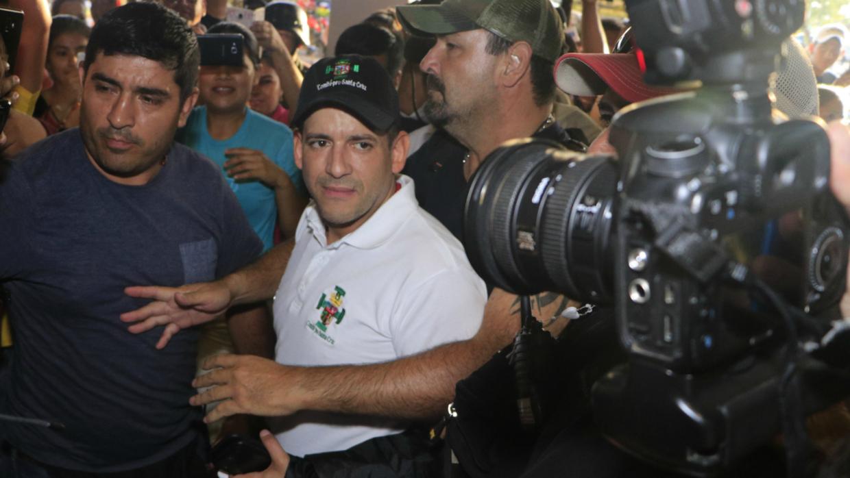 Imagen del intento fallido de Luis Fernando Camacho de entregar la carta de renuncia a Evo Morales, en La Paz, Bolivia, el 5 de noviembre de 2019.