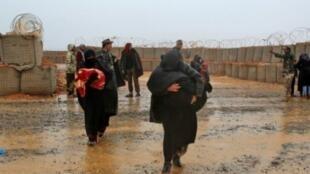 نازحون من مخيم الركبان يتوجهون نحو عيادة تابعة للأمم المتحدة في 01 آذار/مارس 2017