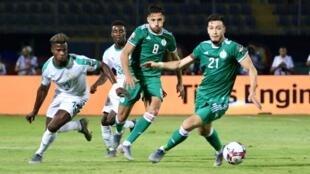 بن سبعيني وبلايلي خلال الفوز على السنغال في دور المجموعات.