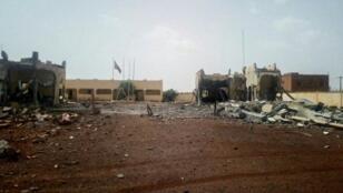 دمار أمام مقر قوة مجموعة الساحل في سيفاري بمالي، بعد هجوم انتحاري في 29 حزيران/يونيو 2018