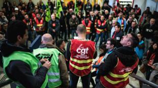 Des cheminots tiennent une assemblée générale à la gare de Lyon-Perrache, le 3 avril 2018.