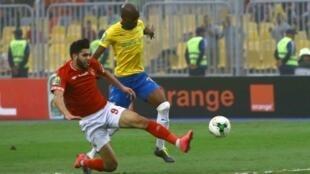 المغربي وليد أزارو (بالقميص الأحمر) مسجل هدف الفوز للأهلي المصري، خلال المباراة ضد ماميلودي صنداونز الجنوب إفريقي في الدور ربع النهائي لدوري أبطال أفريقيا في كرة القدم 13 أبريل 2019.
