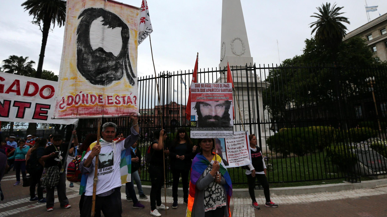 Personas con carteles de Santiago Maldonado se movilizan en Buenos Aires para pedir por la aparición del activista mapuche desaparecido el 1° de agosto tras un operativo policial.