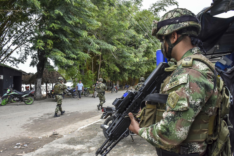 Soldados colombianos patrullan cerca del río Arauca en el municipio de Arauquita, departamento de Arauca, Colombia, un área de la frontera con Venezuela en donde disidentes de la FARC están operativos, el 25 de marzo de 2021.