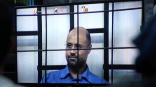 Seïf al-Islam Kadhafi est interrogé par vidéoconférence lors d'un procès, le 27 avril 2014.