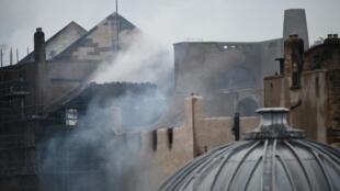 Les pompiers continuaient de s'activer  pour éteindre l'incendie qui s'est déclaré dans l'école d'art de Glasgow, samedi 16 juin 2018..
