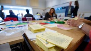Los funcionarios electorales cuentan las papeletas en un centro de Malmo, Suecia el 11 de septiembre de 2018.