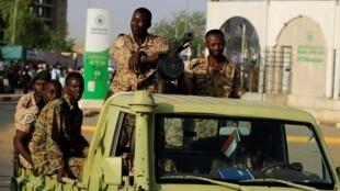 الجيش السوداني قرب مقر القيادة العامة في الخرطوم. 2 مايو/أيار 2019.