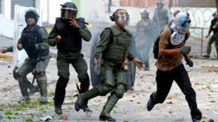 متظاهرون من المعارضة يشتبكون مع شرطة مكافحة الشغب خلال تظاهرة ضد الحكومة في كراكاس في 26 تموز/يوليو 2017