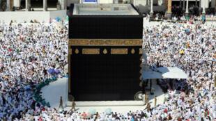 Les fidèles musulmans rassemblés autour de la Kaaba à l'occasion du pèlerinage à la Mecque.