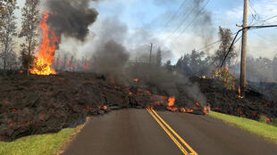 La lava avanza a lo largo de una calle en Leilani Estates, en la zona este del volcán Kilauea, el 5 de mayo de 2018.