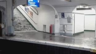 صورة ملتقطة من فيديو لمحطة المترو والمياه تغمر سكة القطار بتاريخ 09/07/2017