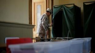 جندي تشيلي يتفقد مكاتب الاقتراع