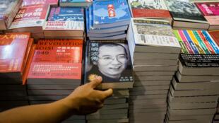 Un livre du prix Nobel chinois Liu Xiaobo, exposé dans un salon international du livre, à Hong Kong, le 20 juillet 2017.