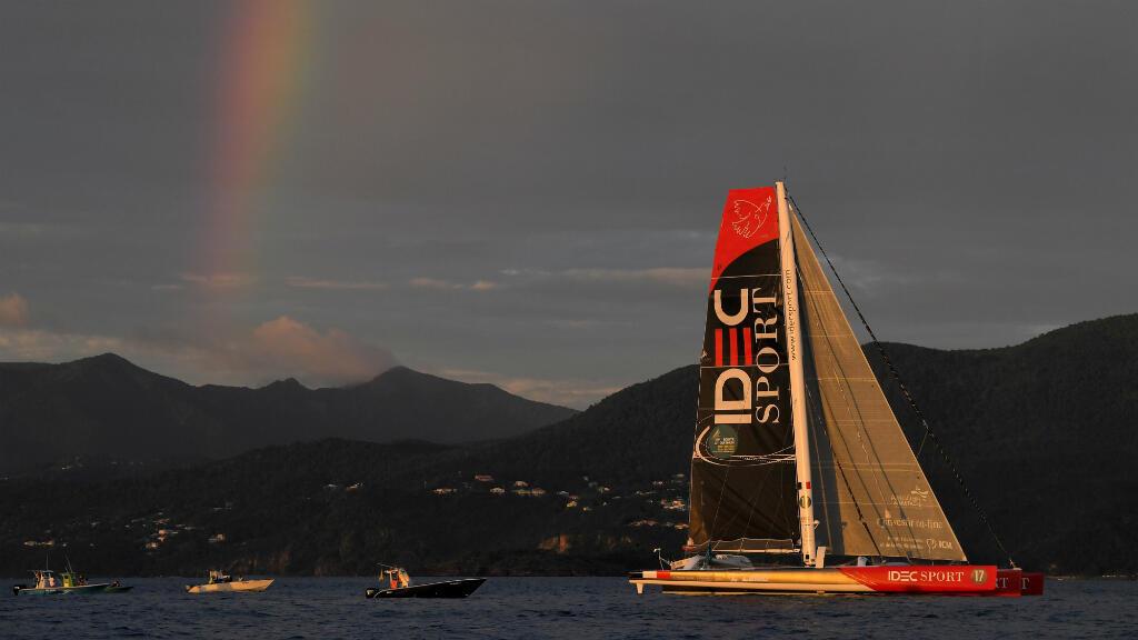Francis Joyon, sur Idec Sport, le 11 novembre 2018, devant la Guadeloupe avant de franchir la ligne d'arrivée de la Route du Rhum.