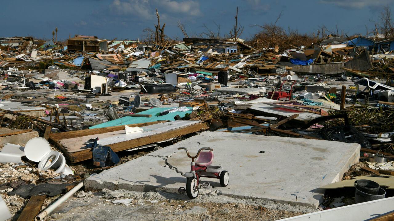 La bicicleta de un niño se ve en un vecindario destruido a raíz del huracán Dorian en Marsh Harbour, Gran Ábaco, Bahamas, el 7 de septiembre de 2019.
