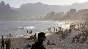 Los habitantes de Río de Janeiro disfrutan de la playa de Arpoador en medio del brote de la enfermedad por coronavirus en Brasil, el 21 de junio de 2020.
