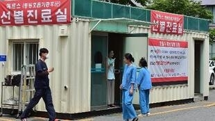 South Korean hospital workers set up a separated emergency center for MERS cases at the National Medical Center in Seoul on June 1, 2015.