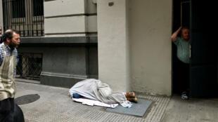 Una persona sin hogar duerme en la acera en el distrito financiero de Buenos Aires, Argentina, el 27 de septiembre de 2018.