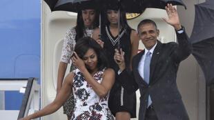 L'avion de Barack Obama s'est posé dimanche soir à l'aéroport José Marti de Cuba. Le président américain entame sur l'île une visite historique de trois jours.