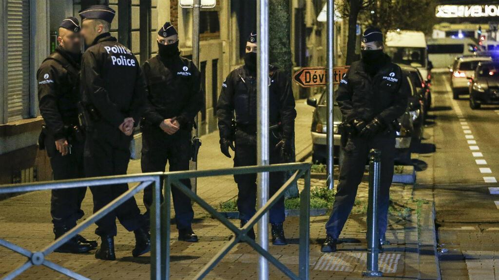 Perquisition de la police belge dans la commune de Molenbeek, à Bruxelles, le 30 décembre 2015.