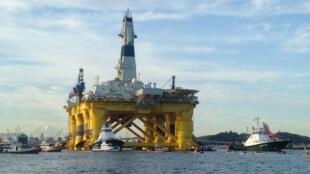 Des militants écologistes tentent de bloquer la plateforme de forage Shell, le 15 juin 2015, lors de son départ de la baie de Seattle pour l'Alaska.