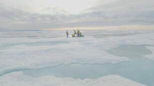 Científicos del Proyecto del Pasaje del Noroeste extraen hielo en el Ártico canadiense, el 14 de agosto de 2019.