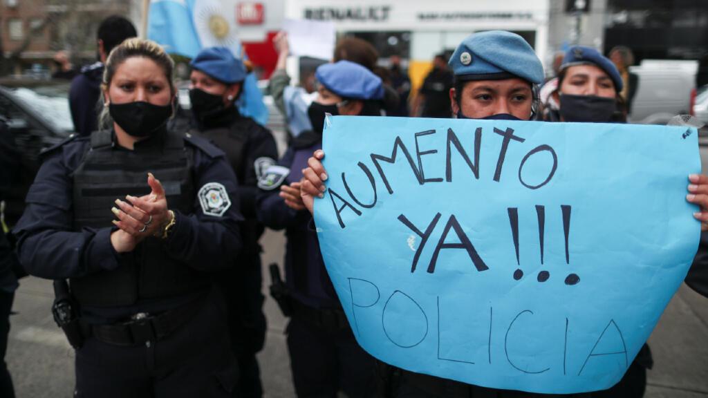 Una de las peticiones de la huelga de policías de la provincia de Buenos Aires es que mejoren sus salarios que son menores en comparación del de sus colegas de la ciudad de Buenos Aires, Argentina, tal como lo manifestaron en las protestas del 9 de septiembre de 2020.