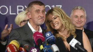 Andrej Babis aux côtés de sa femme, au siège de son parti ANO à Prague, le 21 octobre.