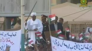 Omar El-Béchir accueilli en héros à son retour à Khartoum, le 15 juin 2015.
