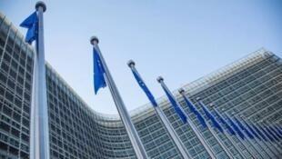 La presidenta de la Comisión Europea,  Ursula von der Leyen, participa desde las oficinas centrales de la Unión Europea en Bruselas, Bélgica, en una videoconferencia de prensa junto con la canciller alemana Angela Merkel (en Berlín) para marcar el inicio de la presidencia alemana del bloque. 1 de julio de 2020.