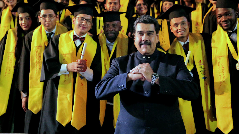El presidente de Venezuela, Nicolás Maduro, posa junto a estudiantes graduados de Medicina en Caracas, el 19 de febrero de 2019.