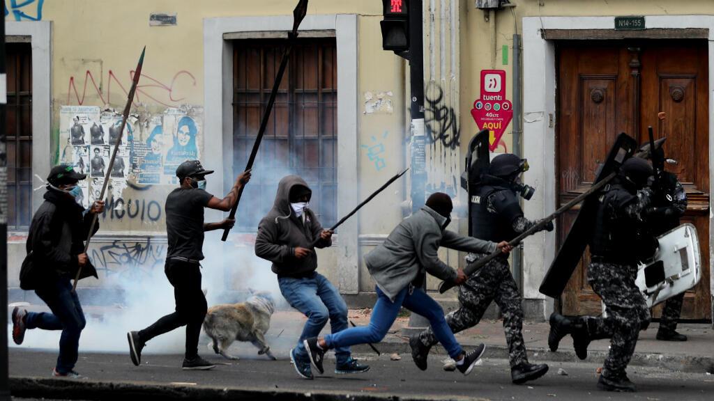 Los manifestantes usan sus lanzas contra las fuerzas de seguridad durante una protesta contra las medidas de austeridad del presidente de Ecuador, Lenín Moreno, en Quito, Ecuador, el 11 de octubre de 2019.