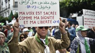 Un manifestant algérien lors de la 36esemaine consécutive de contestation antigouvernementale, le 25octobre2019, à Alger.