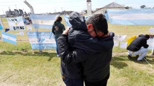 Familiares y amigos de Alejandro Damian Tagliapietra, uno de los 44 tripulantes del submarino desaparecido en el mar ARA San Juan, reaccionan frente a una base naval argentina en Mar del Plata, Argentina el 24 de noviembre de 2017.