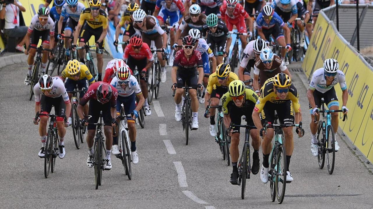 El belga Wout Van Aert (derecha, de amarillo), instantes antes de coronarse campeón de la primera etapa de la Critérium du Dauphiné en Saint-Christo-en-Jarez, Francia, el 12 de agosto de 2020.