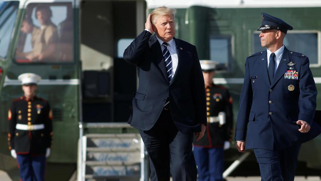 El presidente de los EE. UU., Donald Trump, se dirige al Air Force One al salir a Greenville, Carolina del Sur, desde Joint Base Andrews, Maryland, Estados Unidos, el 16 de octubre de 2017.
