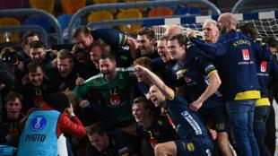 فرحة السويديين بعد الفوز على فرنسا في نصف نهائي بطولة العالم 2021 في كرة اليد