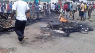 Des voitures ont été incendiées et des boutiques pilées lors des échauffourées hier à Brazzaville.